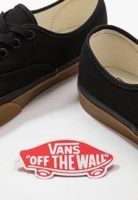 Vans - AUTHENTIC - Sneakersy niskie - black - 5