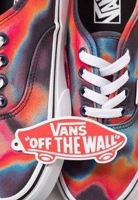 Vans - AUTHENTIC - Sneakers laag - multicolor/true white - 5