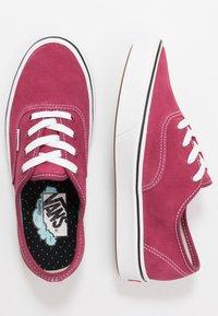 Vans - COMFYCUSH AUTHENTIC - Zapatillas - beet red/true white - 1