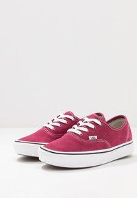 Vans - COMFYCUSH AUTHENTIC - Zapatillas - beet red/true white - 2