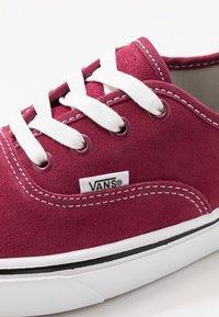 Vans - COMFYCUSH AUTHENTIC - Zapatillas - beet red/true white - 6