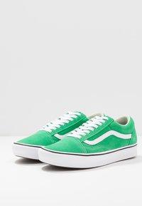 Vans - COMFYCUSH OLD SKOOL - Zapatillas - fern green/true white - 4