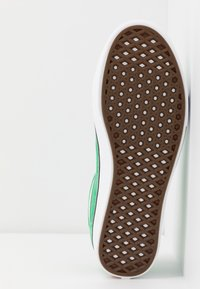 Vans - COMFYCUSH OLD SKOOL - Zapatillas - fern green/true white - 6