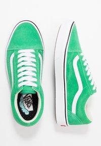 Vans - COMFYCUSH OLD SKOOL - Zapatillas - fern green/true white - 3