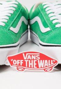 Vans - COMFYCUSH OLD SKOOL - Zapatillas - fern green/true white - 7