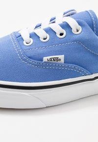 Vans - ERA - Skateboardové boty - ultramarine/true white - 5