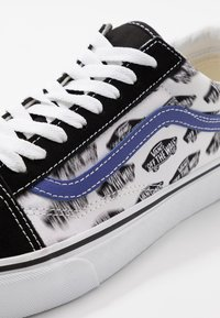 Vans - OLD SKOOL - Sneakersy niskie - black/royal blue - 6