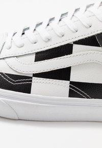 Vans - OLD SKOOL - Sneakersy niskie - true white/black - 6