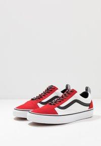 Vans - OLD SKOOL - Matalavartiset tennarit - red/black/true white - 2