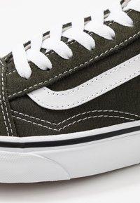 Vans - OLD SKOOL - Sneakersy niskie - forest night/true white - 6