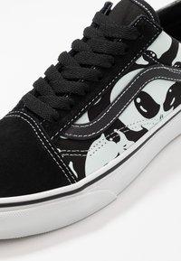 Vans - OLD SKOOL - Sneakersy niskie - black/true white - 6