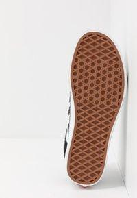 Vans - OLD SKOOL - Sneakersy niskie - black/true white - 4