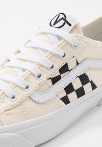 Vans - BESS  - Obuwie deskorolkowe - classic white/true white - 6