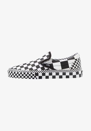 CLASSIC SLIP-ON - Sneakersy niskie - black/true white