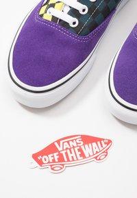 Vans - ERA - Sneakers basse - fuschia purple/multi/true white - 5