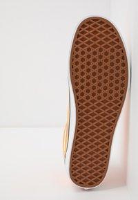Vans - OLD SKOOL UNISEX - Sneakers basse - neon blazing orange/true white - 4