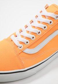 Vans - OLD SKOOL UNISEX - Sneakers basse - neon blazing orange/true white - 6
