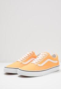 Vans - OLD SKOOL UNISEX - Sneakers basse - neon blazing orange/true white - 2