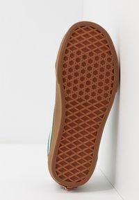 Vans - OLD SKOOL - Sneakers laag - greener pastures/true white - 4