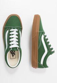 Vans - OLD SKOOL - Sneakers laag - greener pastures/true white - 1
