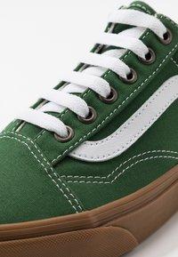 Vans - OLD SKOOL - Sneakers laag - greener pastures/true white - 6