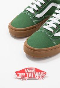 Vans - OLD SKOOL - Matalavartiset tennarit - greener pastures/true white - 5