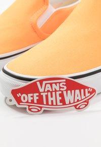 Vans - CLASSIC - Slip-ons - blazing orange/true white - 5