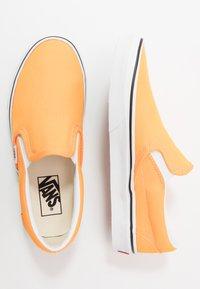 Vans - CLASSIC - Slip-ons - blazing orange/true white - 1