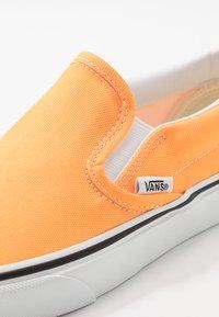 Vans - CLASSIC - Slip-ons - blazing orange/true white - 6
