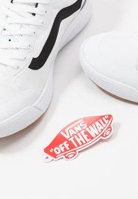 Vans - ULTRARANGE EXO - Sneakers basse - white - 5