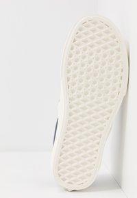 Vans - CLASSIC - Nazouvací boty - orion blue/marshmallow - 4