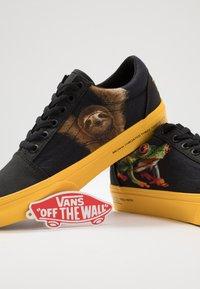 Vans - OLD SKOOL  - Sneakersy niskie - black/yellow/multicolor - 6