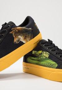 Vans - OLD SKOOL  - Sneakersy niskie - black/yellow/multicolor - 5