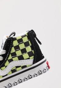 Vans - SK8 ZIP - Sneakers hoog - black/sharp green - 2