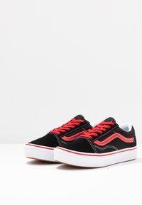 Vans - COMFYCUSH OLD SKOOL - Zapatillas - black/red - 3