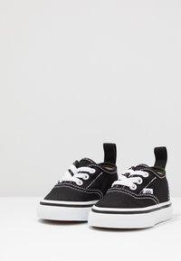 Vans - AUTHENTIC ELASTIC LACE - Loaferit/pistokkaat - black/true white - 3