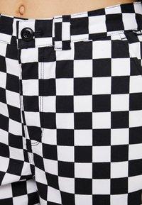 Vans - AUTHENTIC PRINT - Pantalon classique - white - 4