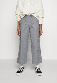 Vans - BARRECKS PANT - Pantaloni - light blue - 0