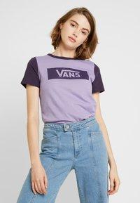 Vans - V TANGLE RANGE RINGER - T-shirt con stampa - lilac - 0