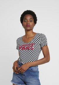 Vans - CHECK BODYSUIT - T-shirt con stampa - white - 0