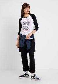 Vans - LADY VANS STING RAGLAN - Camiseta de manga larga - white/black - 1