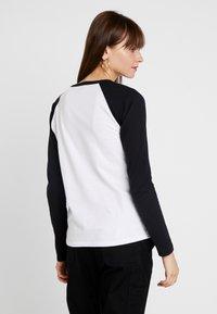 Vans - LADY VANS STING RAGLAN - Camiseta de manga larga - white/black - 2