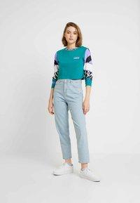 Vans - ZEBRA BOYFRIEND CROP - Maglietta a manica lunga - tidepool - 1