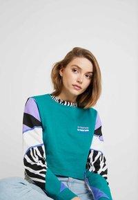 Vans - ZEBRA BOYFRIEND CROP - Maglietta a manica lunga - tidepool - 3