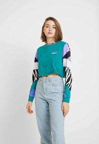 Vans - ZEBRA BOYFRIEND CROP - Camiseta de manga larga - tidepool - 0