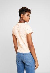 Vans - BCA BABY TEE - Print T-shirt - nude check - 2