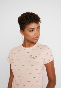 Vans - BCA BABY TEE - Print T-shirt - nude check - 3