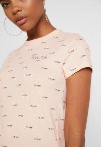 Vans - BCA BABY TEE - Print T-shirt - nude check - 5