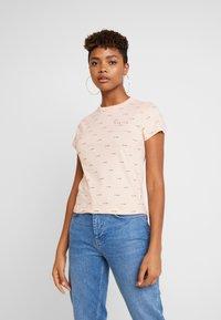 Vans - BCA BABY TEE - Print T-shirt - nude check - 0