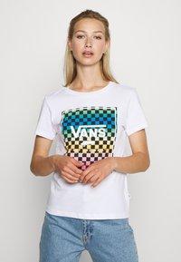 Vans - VINTAGE CHECK BOX - T-shirt con stampa - white - 0